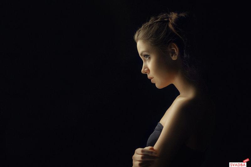 фото девушек на черном фоне