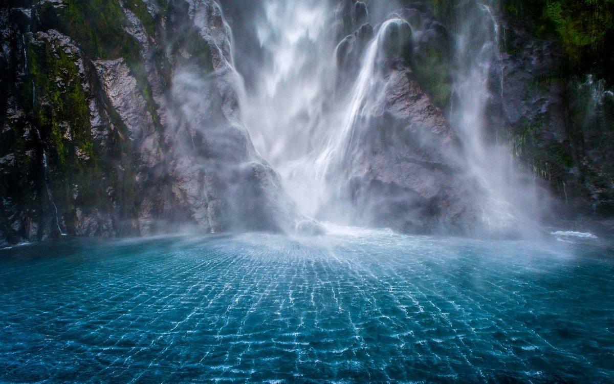 Великолепный водопад в Милфорд-Саунд, Новая Зеландия