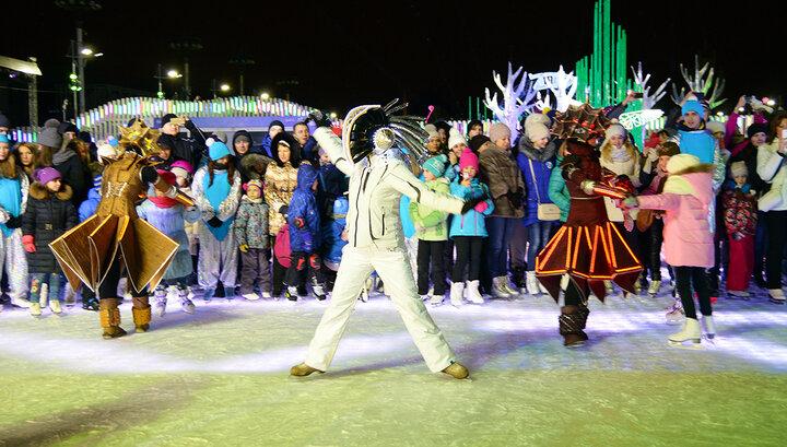 """На ВДНХ начал работу крупнейший каток в стране. На открытии гостей ждала инсталляции """"Каток исполнения желаний"""", танцевальный флешмоб на коньках, а также грандиозное выступление немецкого светового театра DUNDU. Завершился первый день невероятным фейерверком."""