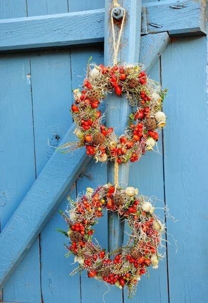 На этом занятии мы создадим праздничный осенний веночек из осенних сухоцветов, веток, ягод и лент. Его можно будет повесить не только  на дверь, но и на видное место.