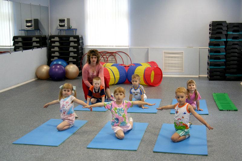 Двухлетнему малышу - гимнастика, а пятилетнему - плавание