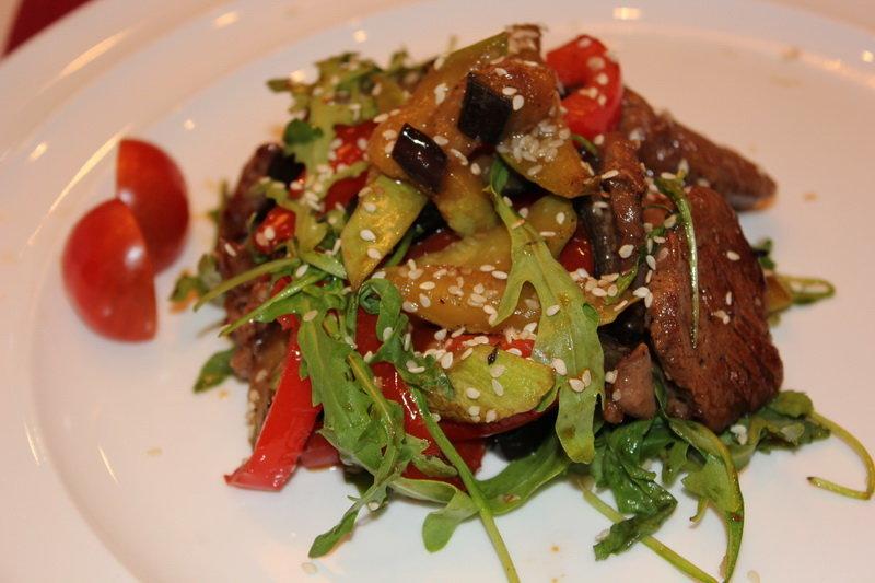 Как приготовить теплый салат с говядиной и овощами в домашних условиях.