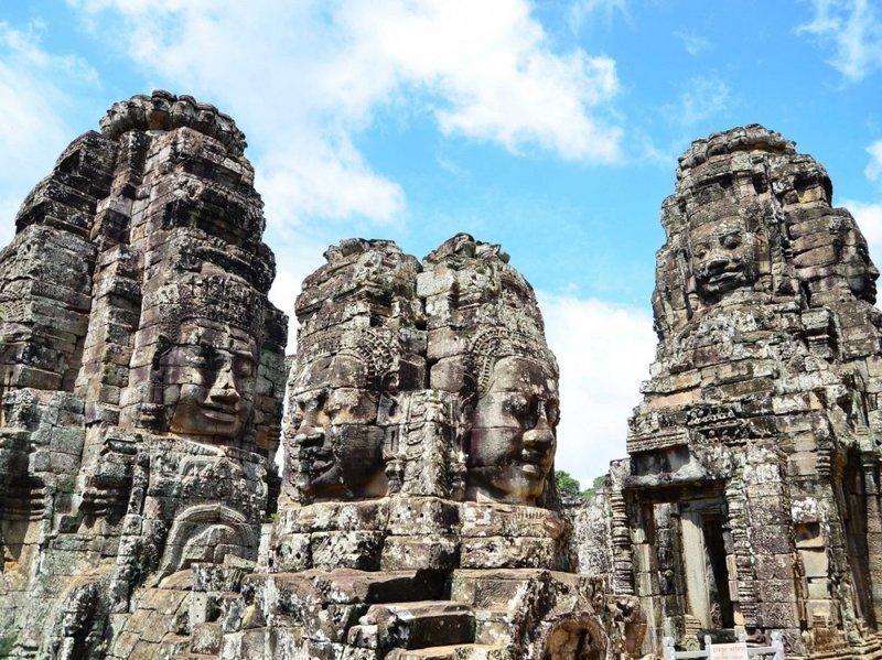 Байон (Bayon) — один из удивительнейших храмов, находящихся на территории Ангкор Тома и являвшийся его религиозным центром