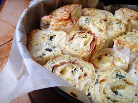 Слоёный пирог из лаваша с сыром и зеленью