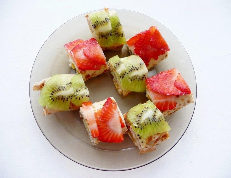 Сладкие блинчики с фруктово-творожной начинкой можно подавать на завтрак и в качестве легкого десерта