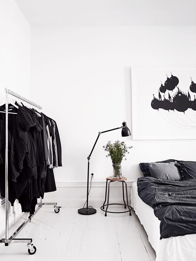 Чёрно-белая палитра может прийтись по вкусу даже любителям богемного стиля. Открытая стойка-вешалка для одежды, деревянные полы, выкрашенные белой краской; картина, выполненная в модернисткой манере – всё это прекрасно сочетается со строгостью выбранных цветов.