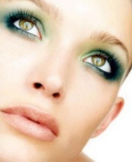 Макияж для голубых глаз – светлые волосы:Помада:1. Бежево – розовая.2. Сиреневая.3. Светло – розовая.4. Розово – желтоватая.5. Бежевая.Тени:1. Шоколадные.2.