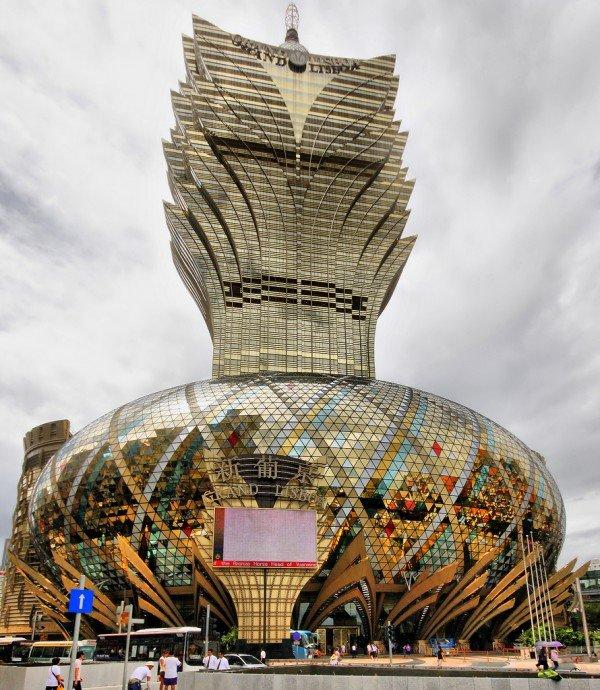 Отель-казино Grand Lisboa расположен в Макао. Как понятно из названия – это и отель, и казино. Архитекторы: Деннис Лау и Сун Мен. 58 этажей и высота здания 261 метр. Здание выполнино в виде экзотического цветка.
