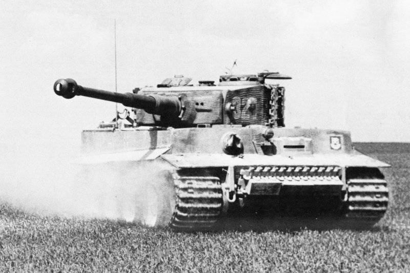 Танк Pz.Kpfw. VI «Тигр» 101-го тяжелого танкового батальона СС во время учебных боев. Франция, весна 1944 года
