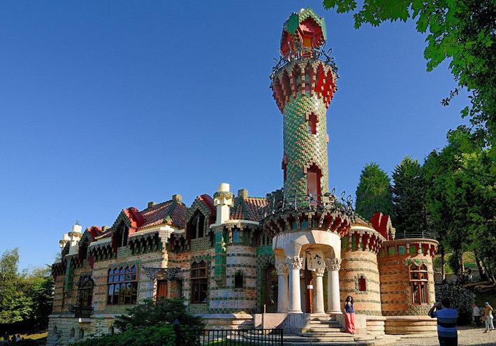 В 1883—1885 гг. Гауди возводит пристройку к дворцу маркиза Комильяса в Кантабрии на севере Испании