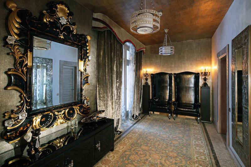 Коричневый потолок и ковер в прихожей в стиле ампир