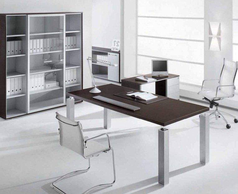 Домашний кабинет - В современном стиле (светлый оттенок, коричневый стол)