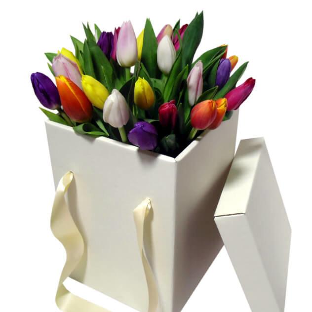 Разноцветные букет из тюльпаны в коробке, букеты для зрелой