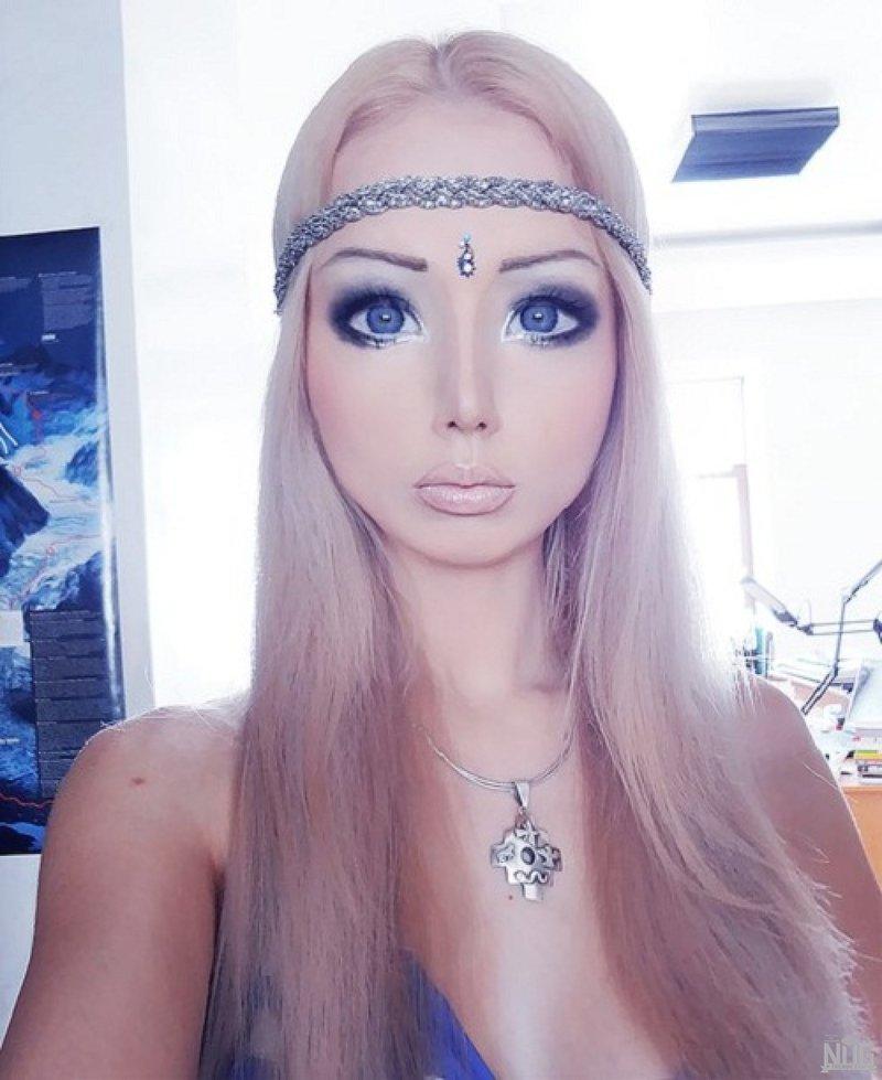 Реальная жизнь Барби! Кукольный макияж
