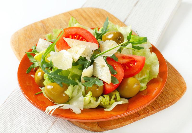Простой и очень вкусный салат из капусты с томатами, рукколой, оливками и пармезаном.