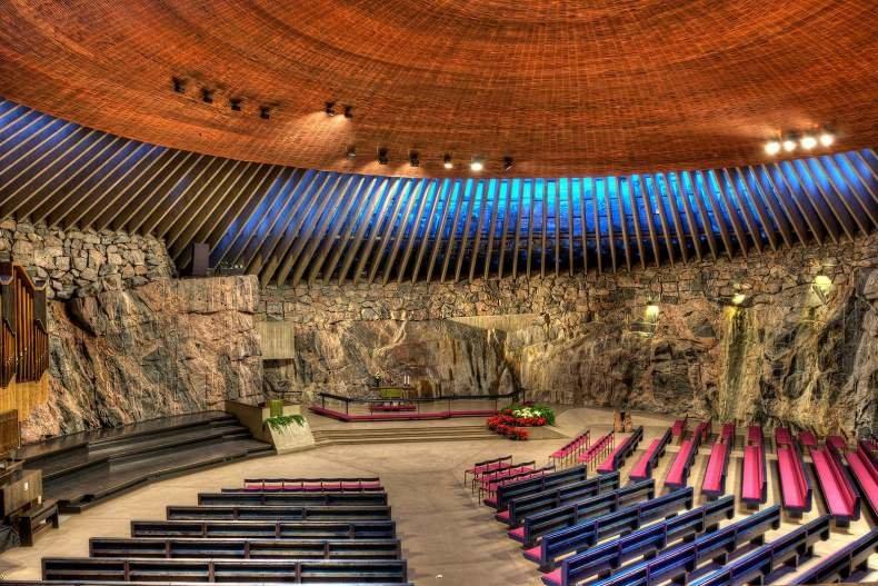 Церковь в скале, которая скорее напоминает огромную летающую тарелку, — номер один на любой карте достопримечательностей Хельсинки с названиями.