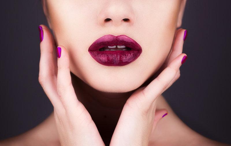 Бордовые губы идеально сочетаются с акцентами оттенка фуксия