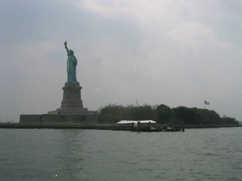 Вид издали на Статую Свободы