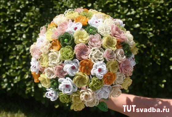 Такой букет невесты не только не завянет в день свадьбы, но еще и долго будет напоминать о самом прекрасном и счастливом дне в ее жизни.