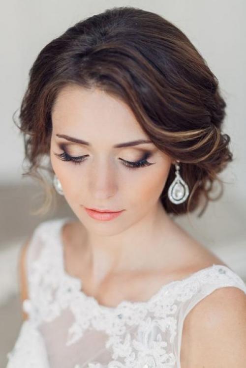 Макияж глаз. Чтобы не отвлекать глаза гостей от платья невесты, визажисты предлагают в этом сезоне делать максимально нейтральный макияж. А, чтобы он выглядел нескучно, специалисты говорят о золотых и...