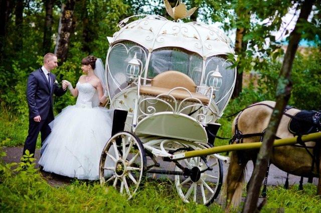Свадебная карета в лесу
