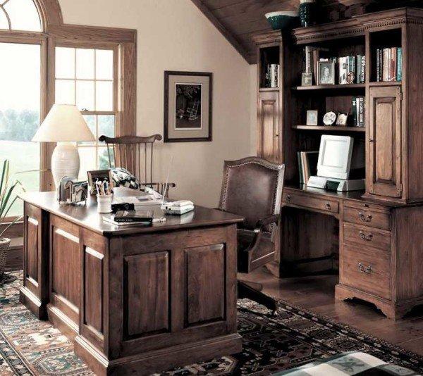 В цветовом оформлении рабочего кабинета преобладают цвета коричневой гаммы