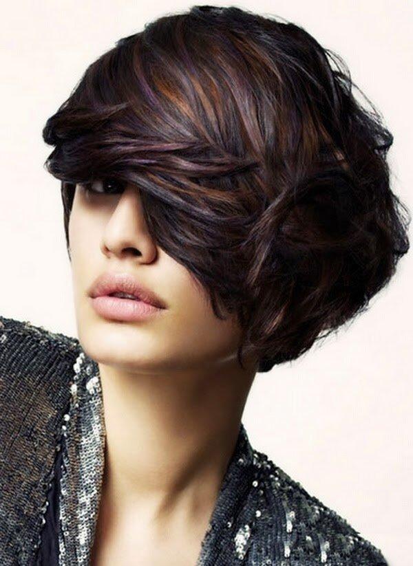 Колорирование на тёмные волосы производится с особенной осторожностью, потому что для того, чтобы получить необходимый оттенок, или нанести краску приходится для начала осветлять волосы, что может их повредить.