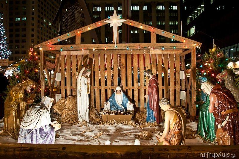 Помимо рождественской ёлочкина площади наглядно представлен сам процесс рождества. Вроде безотцовщина, а рядом стоят два папы — плотник и святой дух.