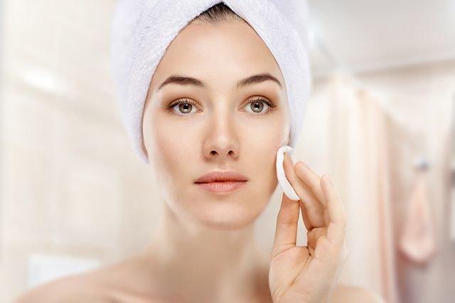 Можно ли спастись от старости в кабинете опытного косметолога, или нужно делать акцент на домашний уход? О процедурах, которые необходимы каждой женщине от 20 и старше, АиФ.ru рассказала врач-косметолог Наталия Николаева.