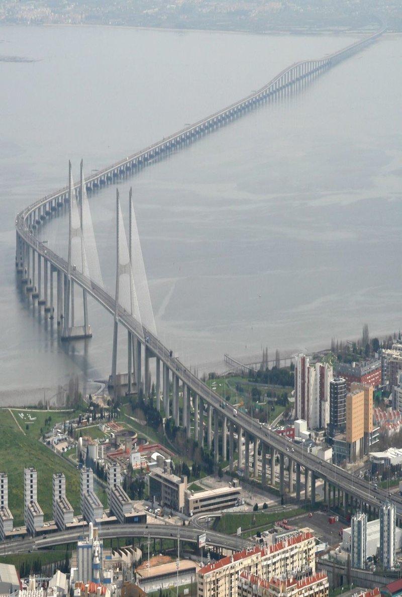 Мост Васко да Гама, вид сверху