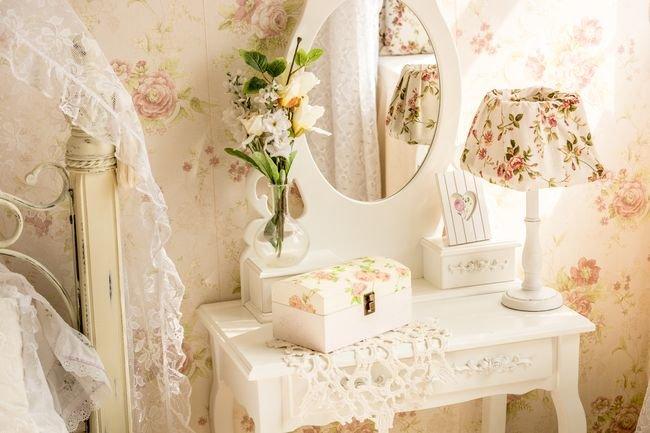 Туалетный столик с зеркалом в стиле шебби шик