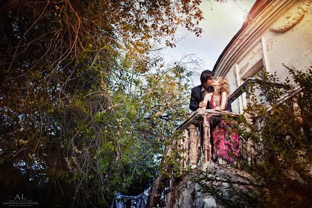 Парень и девушка в заброшенном доме