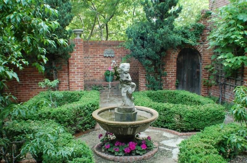 Наличие статуй и статуэток - характерная черта английского сада