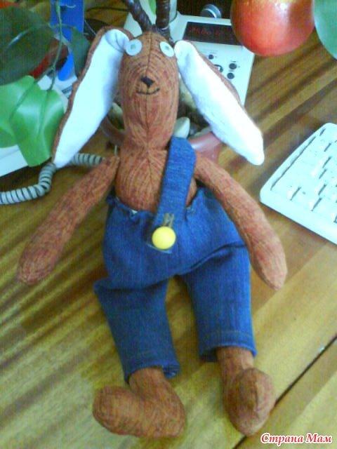Вчера решила сшить кролика Тильда к новому году кролика. Получилось очень забавно.  Это он сидит под яблоней
