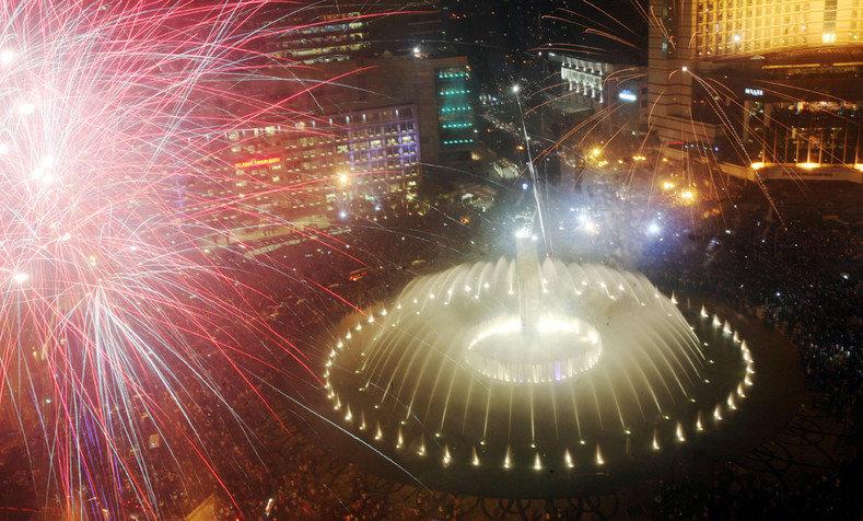 Фейерверк над памятником Приветствия в Джакарте, Индонезия