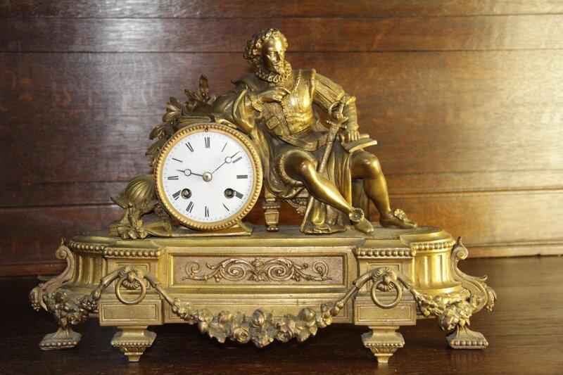 В гостиную викторианского стиля лучше приобрести часы с маятником, украшенные барельефом или декоративной резьбой