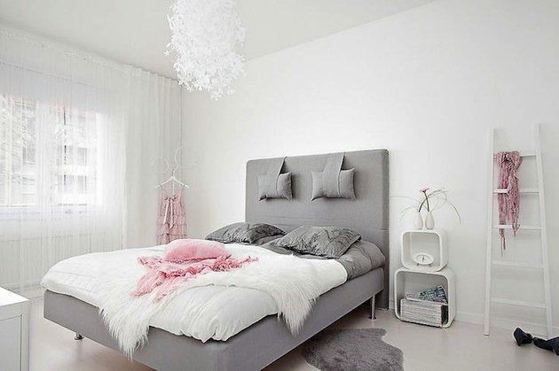 дизайн спальни в скандинавском стиле с серой кроватью карточка