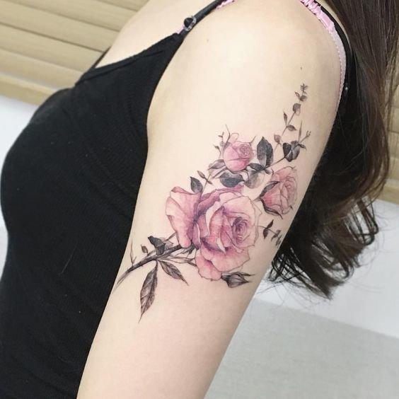 Маленькая роза на руке тату