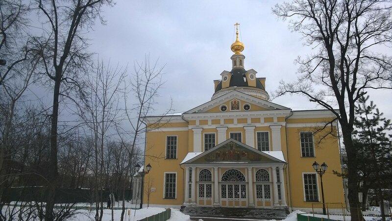 Вход в Покровский кафедральный собор
