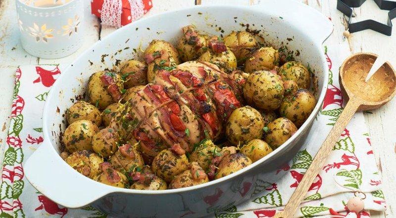 Фаршированная помидорами и беконом грудка индейки с картофелем и гремолатой