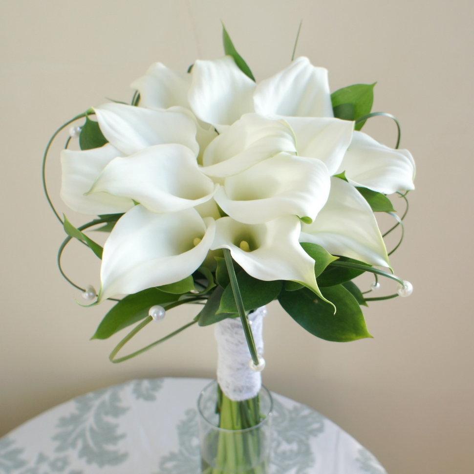 Букет из роз и белых калл фото