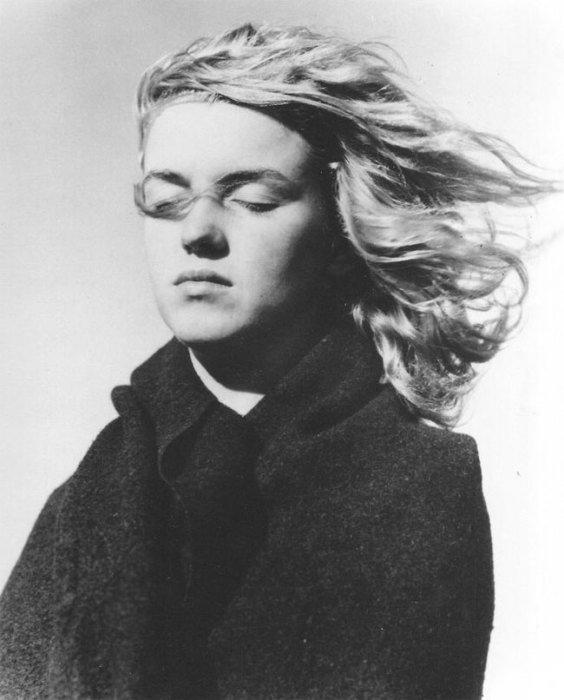 Прислушиваясь к чувствам.   16 чёрно-белых фотографий 20-летней Мэрилин Монро на пляже в Малибу  В 1945 году, в то время, когда Норма Джин Догерти ещё не была Мерилин Монро, она встретила фотографа Андре де Дейниза. Их встреча переросла в бурный роман. Позже де Дейниз уверял, что уже в то время в неё была звёздная искра. Впрочем, это прекрасно видно в серии чёрно-белых фотографий, которые были сделаны влюблённым фотографом на пляже в Малибу. Мэрилин совершенно не накрашена, немного грустная, но такая настоящая и прекрасная.  Источник: http://www.kulturologia.ru/blogs/070416/29076/
