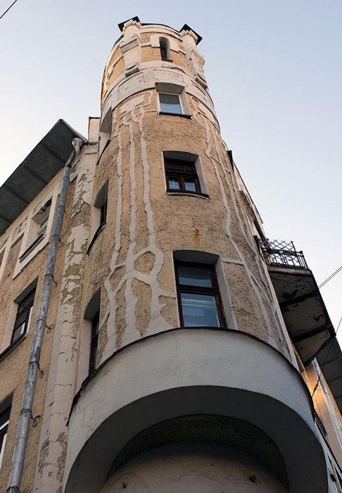 Доходный дом Н.Г. Тарховой на Подсосенском переулке был построен в 1904 году. Особое внимание в этом объекте привлекает фактурный фасад с разнообразными декоративными деталями — эркерами, аттиками, балконами и окнами с фигурными рамами. Стены дома украшены скульптурными изображениями причудливых стеблей цветов. Сегодня этот дом является жилым. Его фасад многократно ремонтировали, упрощая и сводя декор к минимуму.