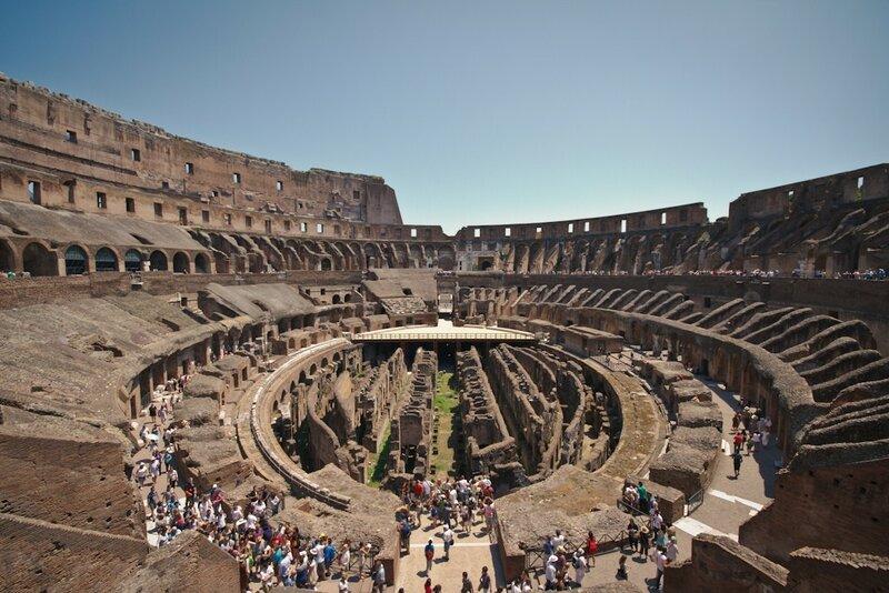 Колизей — самый большой римский амфитеатр и памятник древности. 68 000 зрителей могли смотреть здесь гладиаторские бои, травлю зверей, инсценировки морских сражений, выступления атлетов и актеров.