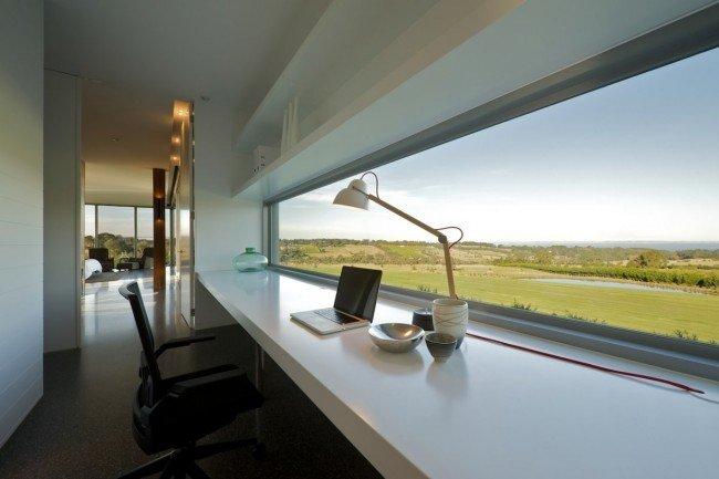 Функциональный маленький офис в квартире с  большим окном