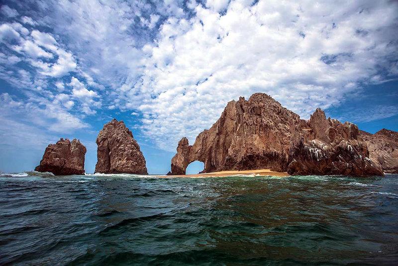 Уже много лет миниатюрный пляжный курорт пользуется огромной популярностью у мировых знаменитостей, на пляжах рядом с аркой нередко можно увидеть голливудских звезд. Важно отметить, что побережье Кабо-Сан-Лукас отличается многообразием скалистых формирований. У туристов очень популярны лодочные прогулки вдоль побережья, во время которых можно увидеть самые эффектные природные достопримечательности и добраться до самых уединенных участков побережья.