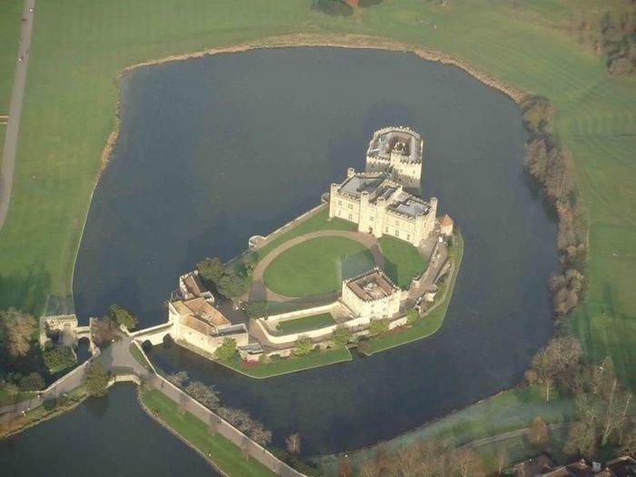 Замок Лидс расположился на 2-ух озёрных островах вдоль Реки Лен