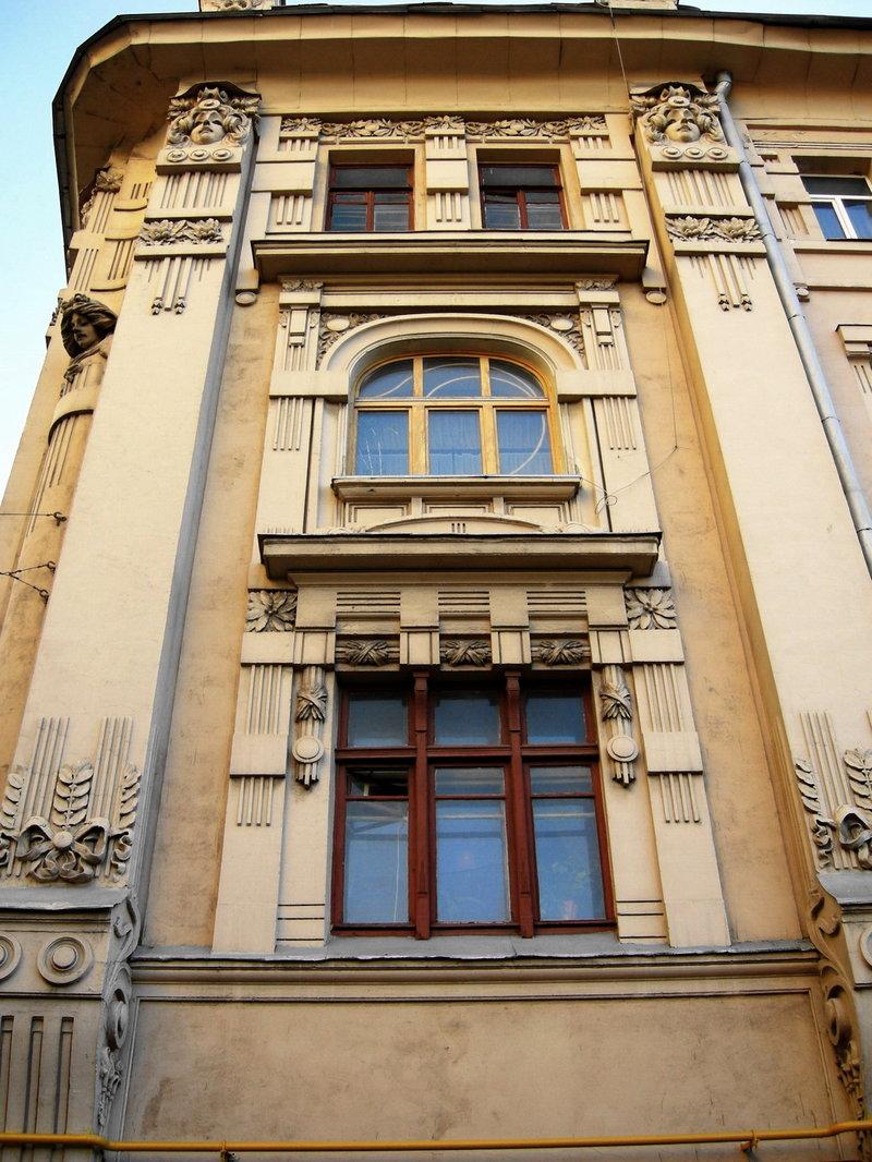 Характерной особенностью постройки , отличавшей её от других московских зданий конца XIX-начала XX в., при оформлении фасадов которых, применялся характерный для той поры эклектичный лепной декор с отдельными элементами модерна, стала попытка автора переосмыслить и создать в новом стиле все свойственные эклектическому оформлению элементы.