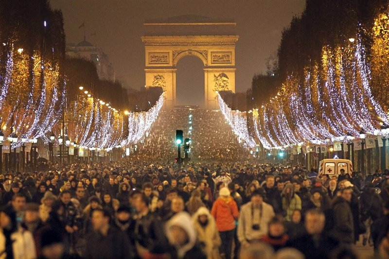 На главных улицах Парижа