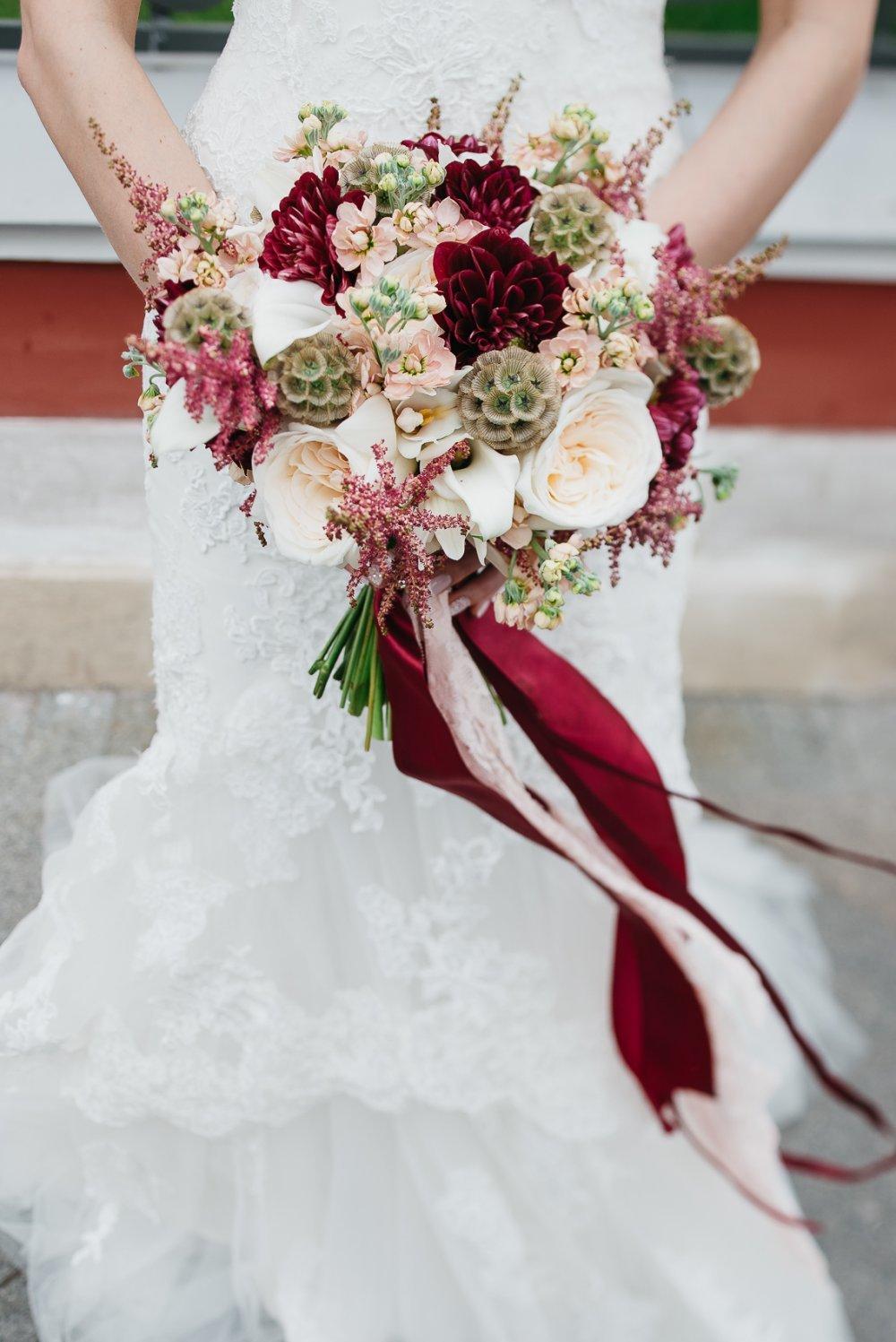 бордовые букеты фото свадебные